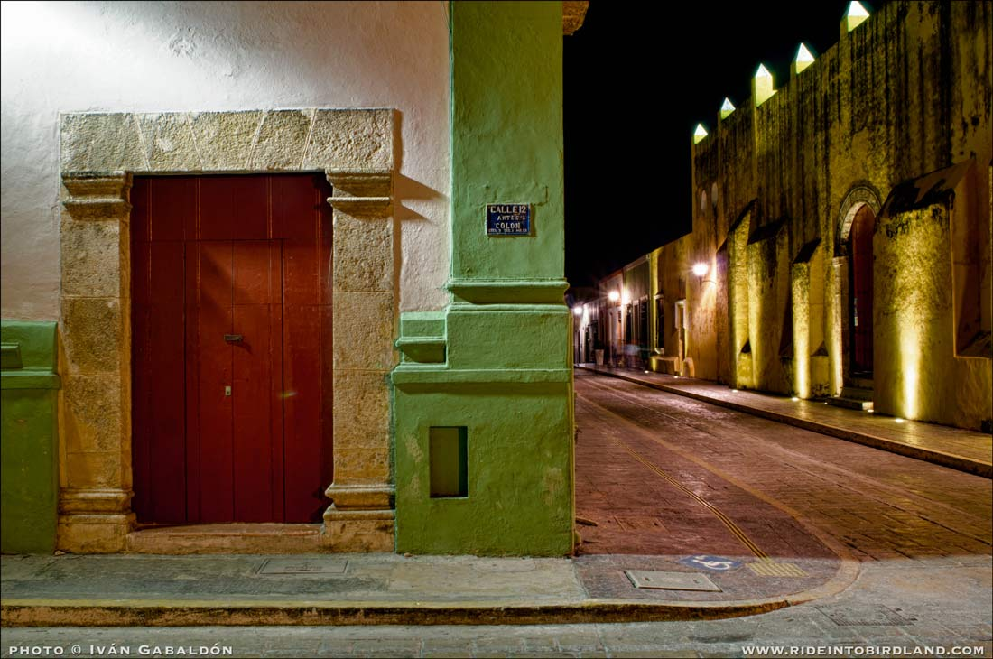 Corner of 12 Street, Campeche. Notice the lack of airborne electrical lines: the downtown restoration project has seen fit to hide them all underground, smart idea!. Photo © Iván Gabaldón).