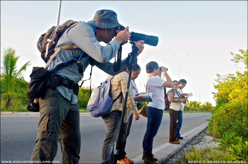 Participando en el Taller de Observación de Aves, en el Festival Toh 2012, dictado en esa ocasión por la bióloga y pajarera experta Ana Raymundo (segunda de der. a izq.). (Foto © Iván Gabaldón).
