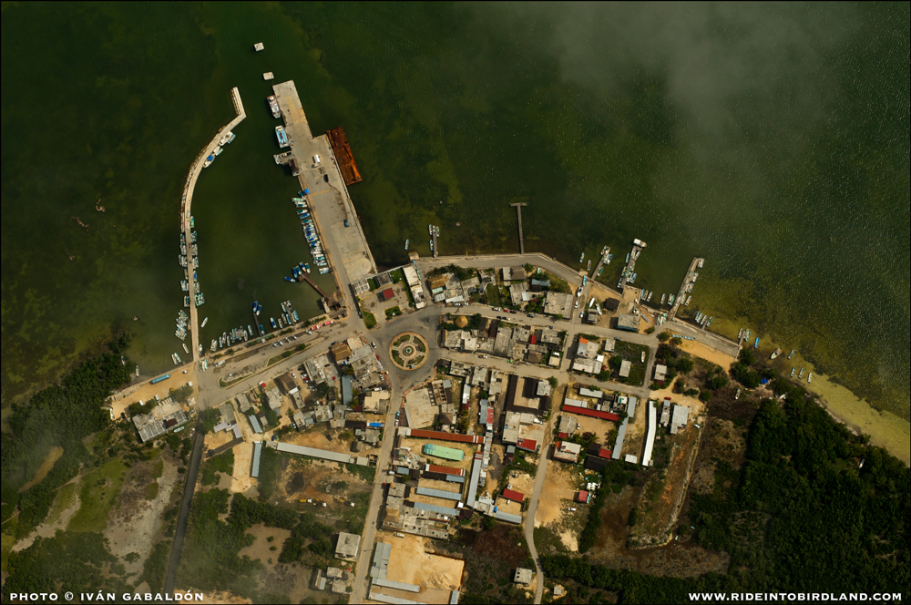 El pueblo costero de Chiquilá, en Quintana Roo. (Foto © Iván Gabaldón - Soporte aéreo provisto por Lighthawk para Pronatura Península de Yucatán).