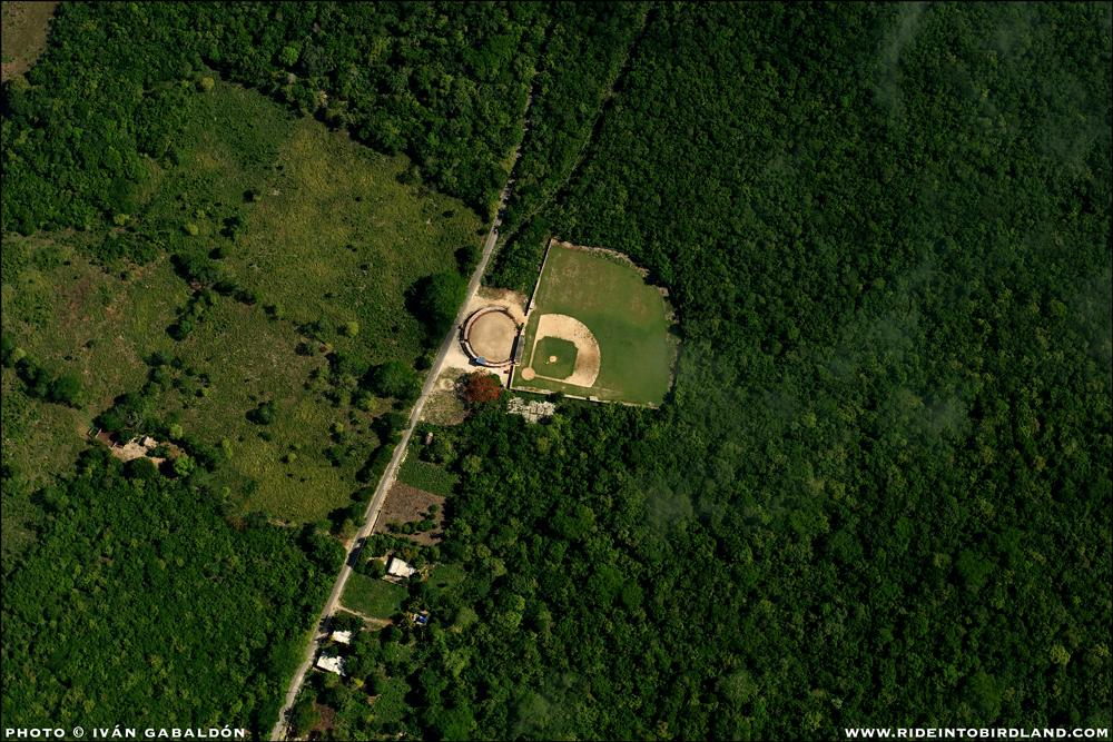 """Un inesperado """"campo de sueños"""" en una locación poco probable. ¡A jugar pelota! (Foto © Iván Gabaldón - Soporte aéreo provisto por Lighthawk para Pronatura Península de Yucatán)."""