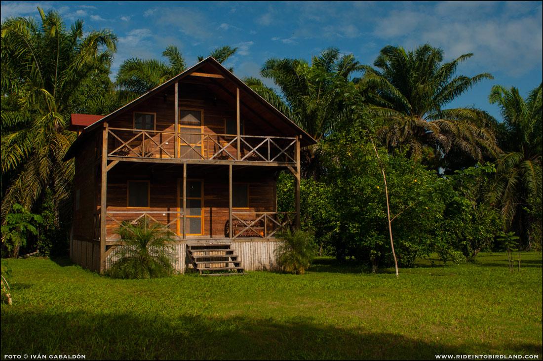 Este bungalow de madera, al otro lado del jardín, permite alojar a un grupo de viajeros. (Foto © Iván Gabaldón).