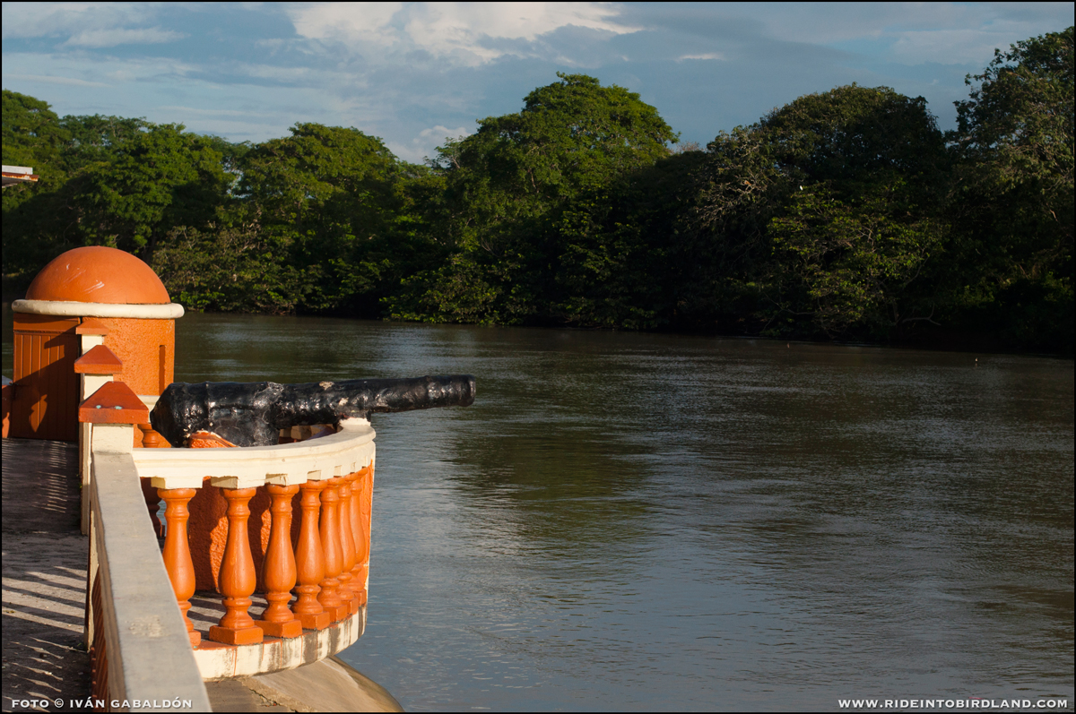 Old cannons decorate today the Palizada pier, reminders of a past plagued by piracy. (Photo © Ivan Gabaldon).